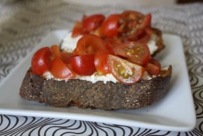 tomato-crostini